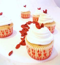 Radici di zenzero: Cupcakes al cocco e ai frutti rossi con cuore al cassis, frosting alla ricotta di bufala e bacche di Goji berry