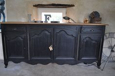 Superb black and rough patinated sideboard in solid walnut in patinas de Mé . Recycled Furniture, Painted Furniture, Country Dining Rooms, Home Staging, House Painting, Furniture Makeover, Interior Styling, Sweet Home, Shabby Chic