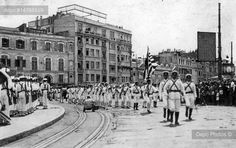 Cumhuriyet'in 10. Kuruluş Yıldönümü olan 1933 yılında İstanbul'da yapılan kutlama törenlerine yabancı ülkeler de katılmıştı. Yunanistan'ı temsilen gelen askerler geçit töreninde.