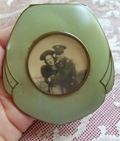Vintage-Art-Deco-Elgin-American-Soldier-amp-Girl-Photo-Green-Enamel-Compact