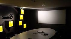 design kantoor interieur met curved beamerscher