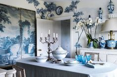 Searching for inspiration to set my table with the blue and white porcelain dishes I bought lately, I came across the beautiful table settings of the Brussels based antiques & art dealer Michel Lambrecht. No further search needed!!! His table settings with blue and white porcelain are just splendid! A