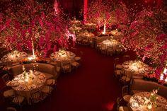 Salão de jantar para casamento com decoração vermelha
