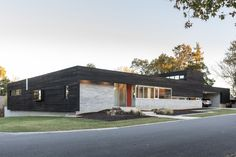 A celebrated architect and educator, Blackwell is known for modern buildings that honor the site. Old House Design, Home Design, Design Ideas, Minimalist Architecture, Architecture Design, Timber House, Wood Siding, Indoor Outdoor Living, Outdoor Decor