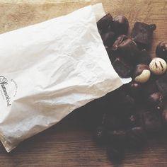 Sådan en lidt kedelig gråvejrsdag bliver straks bedre, når man får en pakke fra @summerbird_chocolaterie  Vi glæder os til at smage mere af deres lækre chokolade på årets Food Festival!  #foodfestival15 #aarhus #madhyldest #summerbird #chokolade @summerbird_chocolaterie