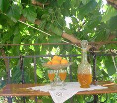Λικέρ από κουκούτσια βερίκοκων   Dina Nikolaou Greek Desserts, Glass Vase, Recipies, Cherry, Alcohol, Cook, Homemade, Traditional, Drinks