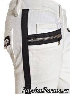 контрастная вставка не только расширяет штаны, но и является декором. в дополнение к которому служит молния контрастного цвета