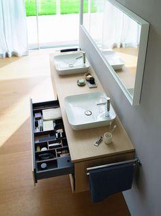 Meuble de salle de bains avec un vasque blanc