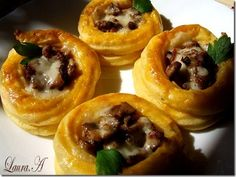 Potato cups with mushrooms Finger Food Appetizers, Finger Foods, Appetizer Recipes, Romanian Food, Romanian Recipes, Good Food, Yummy Food, Cooking Recipes, Healthy Recipes