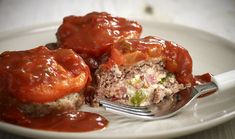 Flavorful and fun, these individually sized meat loaves are flecked with onions and cheddar cheese and topped with a delicious glaze. Healthy Appetizers, Healthy Snacks, Cookbook Recipes, Cooking Recipes, Spicy Sauce, Greek Recipes, Meatloaf, Cheddar, Feta