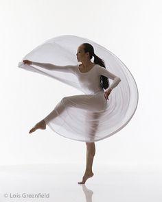 Fang-Yi Sheu like liquid silk High Key Photography, Dance Photography, Dance Photos, Dance Pictures, Dance Art, Dance Music, Lois Greenfield, Learn To Dance, Action Poses