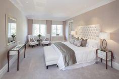 chambre taupe, tête de lit en cuir blanc capitonné et coussins gris