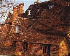 clay tiles Clay Roof Tiles, Hobbit Houses, Arts And Crafts House, Exterior, Windows, House Styles, Clay Tiles, Outdoor Rooms, Ramen
