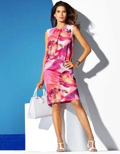 Kleid, Sandalette aus geflochtenem Leder mit Fersenriemchen und Blockabsatz, Handtasche aus Leder mit Reißverschluss