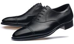 En general, los zapatos para los novios, suelen ser de cordones, pero actualmente se pueden encontrar, algunos modelos que cierren con hebilla, pero sinceramente quedan más elegantes los que van con cordones.