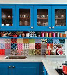keuken met vrolijke kleuren en tegels met patroon