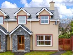 PRICE FROM £232.00 PW SLEEPS 5 BEDROOMS 3 BATHROOMS 2 PET FREE This family-friendly, semi-detached cottage is situated in a small development, under twenty minute walk from the heart of Kenmare in south Kerry and can sleep five people in three bedrooms.