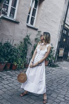 Summer Street Style: Hermes Oran Sandals & White Midi Dress - Want Get Repeat Street Style Outfits, Street Style Summer, Minimal Chic, Milan Instagram, Hermes Oran Sandals, Pin Up Kleidung, Metallic Boots, Pin Up Outfits, Boudoir Poses