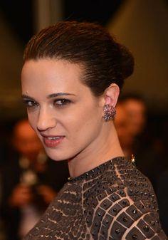 Cannes 2012. Asia Argento raccoglie i capelli in uno stretto chignon.