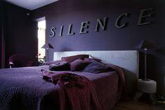 Une chambre violette sous le signe du luxe et du calme