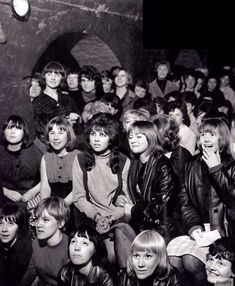 Fans watching The Beatles at the Cavern Club, Liverpool, early Foto Beatles, Les Beatles, Beatles Photos, Beatles Band, Great Bands, Cool Bands, Liverpool Town, Liverpool History, Club Kids