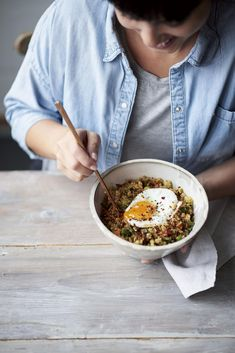 Melissa Hemsley's Chinese Fried Quinoa with Spicy Garlic Sesame Oil Recipe Veg Recipes, Vegetarian Recipes, Cooking Recipes, Delicious Recipes, Melissa Hemsley, Fried Quinoa, Weekday Meals, Lunch Meal Prep, How To Cook Quinoa