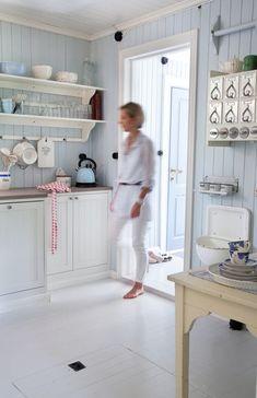 Huset i Lunden: Reportasje i Lev Landlig Scandinavian Cottage, Swedish Cottage, Swedish Kitchen, Farmhouse Style Kitchen, Beautiful Kitchens, Beautiful Interiors, Lund, Painting Wood Paneling, Painted Panelling