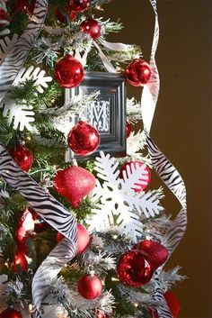 Tutorial on decorating your tree like a pro! I love the colors on this tree.