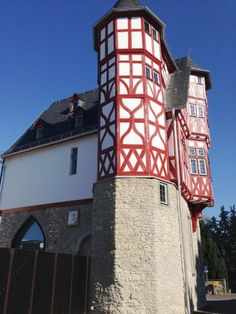 Es ist ein imposanter Fachwerkbau aus dem Mittelalter, dem Dom unmittelbar...