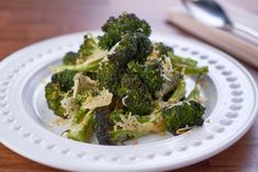 A soft and aromatic dinner side, this roasted garlic Parmesan broccoli is seasoned with salt and pepper and goes well with mashed potatoes. Roasted Beets, Roasted Garlic, Roasted Vegetables, Veggies, Parmesan Broccoli, Garlic Parmesan, Onion Bhaji, How To Cook Chili, Mary Recipe