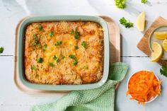 Hjemmelaget fiskegrateng er en ypperlig måte å få barn til å spise fisk på. Dette er en enkel og deilig makaroniform med strøkavring, hvit fisk og smakfull ... Seafood Recipes, Lasagna, Quiche, Mashed Potatoes, Tin, Food And Drink, Pasta, Meat, Dinner