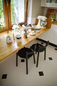 Schodek obniżający wysokość blatu kuchennego do wysokości stołu.
