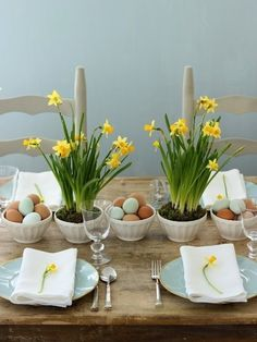 Get ready for an unforgettable Easter! Invite spring to your Easter table! Create a beautiful table decoration on the Easter table with fresh flowers of spring, Brunch Mesa, Brunch Table, Dinner Table, Brunch Food, Reception Table, Wedding Tables, Easter Table Settings, Easter Table Decorations, Easter Centerpiece
