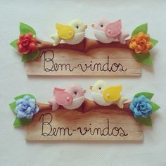 Enfeite - Bem-vindos - Passarinhos Diy Arts And Crafts, Clay Crafts, Felt Crafts, Felt Wreath, Crafts For Seniors, Fabric Pictures, Polymer Clay Art, Felt Dolls, Felt Art