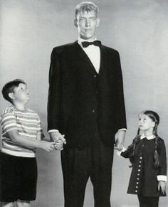 Ken Weatherwax, Ted Cassidy, and Lisa Loring in The Addams Family. Addams Family House, The Addams Family 1964, Addams Family Tv Show, Adams Family, Ted Cassidy, Charles Addams, Carolyn Jones, The Munsters, Horror