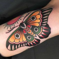 Traditional butterfly tattoo más dope tatoeages, unieke tatoeages, kleine t Butterfly Tattoo On Shoulder, Butterfly Tattoos For Women, Butterfly Tattoo Designs, Vintage Butterfly Tattoo, Colorful Butterfly Tattoo, Tattoo Vintage, Butterfly Design, Leg Tattoos, Body Art Tattoos
