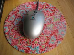 Mouse Pad tutorial using fat quarters. From Sew Mama Sew Fabric Crafts, Sewing Crafts, Sewing Projects, Craft Projects, Craft Ideas, Project Ideas, Fabric Corkboard, Cork Fabric, Scrap Fabric