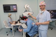 Dr Eduardo López Bran con un paciente en la presentación del robot Artas