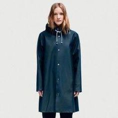 Stutterheim brings to you great waterproof raincoats for women, men and kids. Shop Raincoats and Waterproof Boots filled with craftmanship, passion & authenticity. H&m Raincoat, Green Raincoat, Raincoats For Women, Jackets For Women, Cheap Rain Jackets, Calvin Klein, Rain Jacket Women