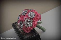 Lindo Buquê de Noiva, feito em flores artesanais, feitas a mão uma a uma. Em Acetato de Vinil. Parece muito com rosas naturais. Com o diferencial de ter um buquê eterno e lindo. Com broches lindos com cristais e strass que valorizam demais o buquê. Medidas: Só o cabo, da ponta até o laço - 14 cm de altura A parte de de cima das flores - 29 cm de uma ponta a outra. Buquê exclusivo Glams Acessórios, a pronta entrega para envio imediato. Parcelamos em até 12x. R$ 450,00