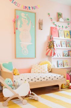 Inspiradora habitación en tonos pastel // pale pink walls, yellow and white striped rug, large art