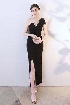 Ring this year in style with the amazing New Year's Eve outfit ideas. Wear these looks in any occasion and you are sure to turn attention-grabbing everywhere. Party Dresses With Sleeves, Party Dresses For Women, Club Dresses, Sexy Dresses, Beautiful Dresses, Evening Dresses, Fashion Dresses, Maxi Outfits, Black Women Fashion