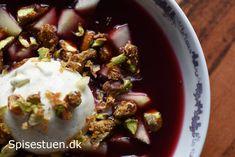Varm hyldebærsuppe med tvebakker, melboller eller andet topping er en gammel og kendt ret. Jeg synes godt, den kan trænge til lidt mere lækkerhed, så jeg har serveret min hyldebærsuppe med en skøn …