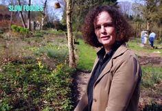 Hovenier Anthonetta vertelt in wat er in het vroege voorjaar aan eetbare planten in de Tuinen van MergenMetz staat: Video: http://www.slowfoodies.nl/gezond/wildplukken-in-mei/