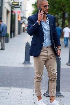 ネイビーテーラードジャケット ベージュパンツ ホワイトスニーカー サックスブルーシャツ