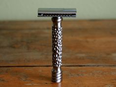 This hammered finish safety razor handle measures 3 inches in length and  has an average weight of 85 grams with a closed comb head. Each handle has  slight variations that make it unique. This design is currently only  available in limited quantities.