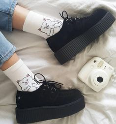 Pretty discovered by insanity on We Heart It Imagem de aesthetic, clothes, and puma Aesthetic Shoes, Aesthetic Fashion, Aesthetic Clothes, 90s Fashion, Fashion Shoes, Mode Emo, Mode Grunge, Hype Shoes, Dream Shoes