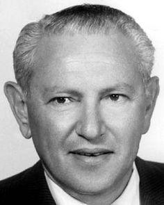 En 1938, après la Mort de son Père, Frank Factor (1904-1996) a légalement Pris le Nom de Max Factor Jr après une Suggestion du Directeur de Publicité Bill Hardwick, et avec l'Accord de la Famille