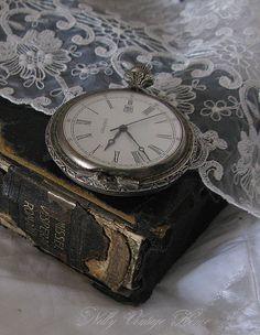 Un reloj,un libro,encaje,bellos atemporales.......