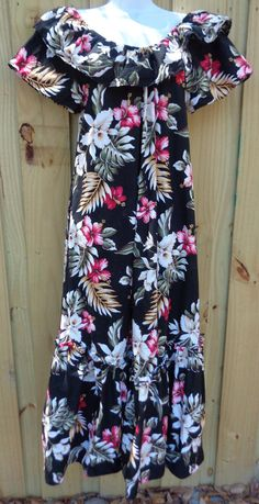 This listing is for an absolute blow out dress by LavaHut, Hawaii! This was an estate find and if it was worn, it wasnt worn very much. Very crisp cotton, with a cute petal hem, and can be worn on or off the shoulders! A very versatile dress for beach wear, shopping, or even a casual dinner.  Be sure to review the measurements to see if it will fit you. Measurements are as follows: -shoulders laying flat measured across: 20 -sleeve length: 6 -bust area: 43 -waist area: 44 -hip area: 47 and…